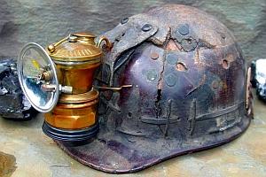 Lampa carbid Autolite montata pe casca de miner