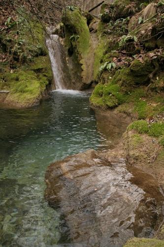 Cascada si bazin de travertin pe Jitin